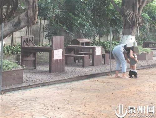 五一假期游玩个别煞风景:有小孩随地小便、踩